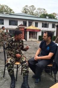Yotam Polizer, chef de mission et directeur pour l'Asie d'IsraAID, avec un militaire népalais, dans une photo diffusée par IsraAID le 28 avril 2015. (Crédit : autorisation d'IsraAID)