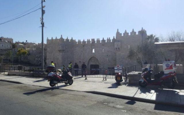 Scène d'une attaque au couteau porte de Damas, devant la Vieille Ville de Jérusalem, le 19 février 2016. (Crédit : United Hatzalah)
