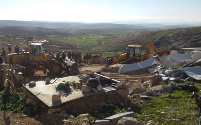 Des soldats de l'administration civile israélienne en train de démolir un certain nombre de structures jugées illégales dans les collines de Hébron, le 2 février 2016 (Crédit : Nasser Nawaja / B'Tselem)