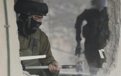 Des soldats israéliens démolissent la maison du terroriste Bahaa Allyan dans le quartier Jabel Mukaber de Jérusalem le 4 janvier 2016. Allyan et un autre résident du quartier avait mené une attaque terroriste dans un bus près du quartier voisin Armon Hanatziv en octobre. (Crédit : police israélienne)