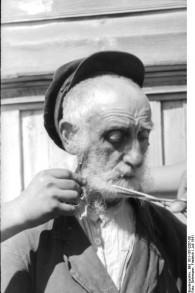 Des soldats allemands coupent la barbe d'un vieil homme juif en juillet 1941 (CC BY-SA Friedrich Gehrmann/Wikimedia Commons)