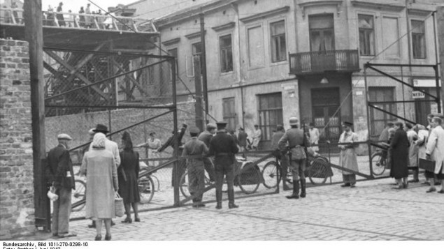 Le guetto de Varsovie en 1942 (Crédit : CC-BY-SA Bundesarchiv, Bild 101I-270-0298-10 / Amthor)