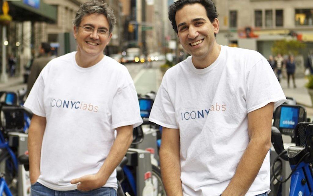 Arie Abecassis (à gauche), et Eyal Bino (à droite), cofondateurs d'ICONYC Labs, un accélérateur de programmes qui aident à lancer des start-ups israéliennes à New York. (Crédit : autorisation ICONYC Labs)