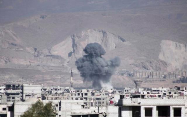 Nuages de fumée après des frappes aériennes signalées par les forces gouvernementales syriennes sur la ville de Arbi dans la région de Ghouta le 17 février 2016. (Crédit : AFP / AMER ALMOHIBANY)