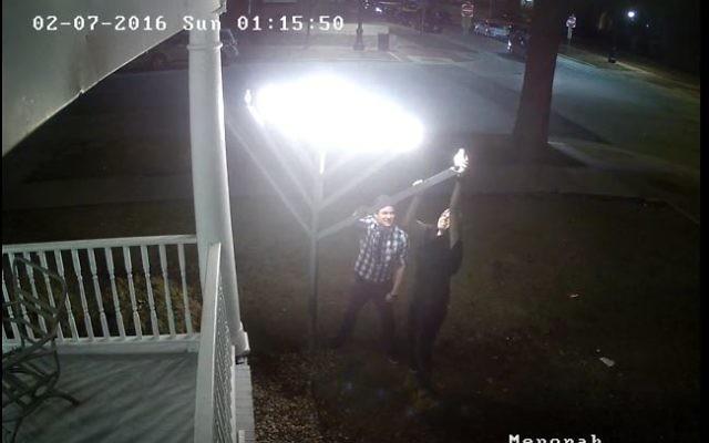 Vidéo de la caméra de sécurité montrant un homme et une femme vandaliser la hanoukkia placée devant le centre Habad de l'université de l'Illinois, le 7 février 2016. (Crédit : capture d'écran YouTube)