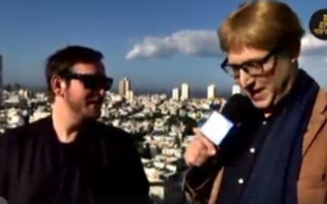 """Roy Iddan interprète le faux journaliste allemand Jimothy Bryson Cook (à droite) interviewant le maire adjoint de Tel Aviv, dans l'émission parodique """"HaYom BaLeyla"""" du 21 février 2016. (Crédit : capture d'écran Facebook)"""