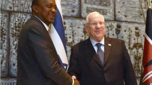 Le président Reuven Rivlin (à droite) accueille son homologue kényan, Uhuru Kenyatta, en visite d'Etat en Israël, dans sa résidence de Jérusalem, le 23 février 2016. (Crédit : Mark Neyman / GPO)