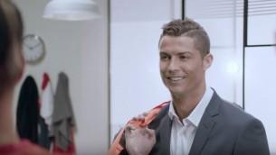 Cristiano Ronaldo, star de l'équipe du Portugal qui a remporté l'Euro 2016 le 10 juillet, dans la dernière publicité de HOT, fournisseur internet israélien, en février 2016. (Crédit : capture d'écran YouTube/HOT)
