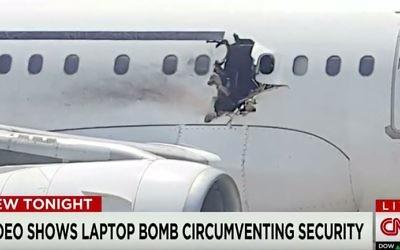 Le trou laissé par l'explosion d'une bombe dans le fuselage d'un avion qui avait décollé en février 2016 de l'aéroport de Mogadiscio. (Crédit : capture d'écran YouTube/CNN)