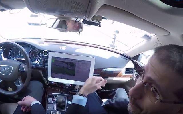 Dan Shapiro, à droite, alors ambassadeur des Etats-Unis en Israël, et le PDG de l'entreprise israélienne MobilEye Ziv AViram dans une voiture équipée de la technologie MobilEye pour la conduite sans conducteur. (Crédit : capture d'écran YouTube/US Embassy in Israel)