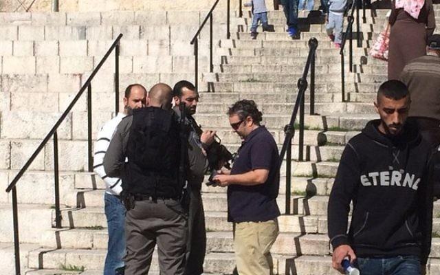 """Le chef du bureau de Jérusalem du Washington Post William Booth accusé d'""""incitations"""" [à la violence] par des gardes-frontières israélien à la porte de Damas, devant la Vieille Ville de Jérusalem, le 16 février 2016. (Crédit : capture d'écran Twitter/Ruth Marks Eglash)"""