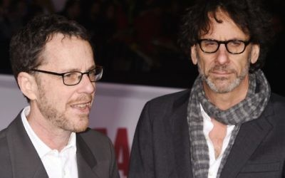 "Les réalisateurs/producteurs/auteurs de films Ethan Coen (à gauche) et Joel Coen arrivent à la première de leurs films ""Hail, césar !"" au Regency Village Theatre, à Westwood, Californie, le 1er février 2016. (Crédit : Jeffrey Mayer/WireImage via JTA)"
