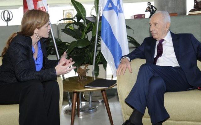 L'ambassadrice américaine à l'ONU Samantha Power (à gauche) avec l'ancien président israélien Shimon Peres (à droite), le 16 février 2016 (Crédit : David Azagury)