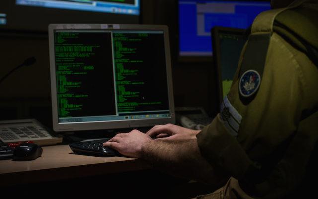 Les soldats de Tsahal travaillant avec les systèmes de cyber-défense (Crédit : Moshe Shai / Flash90 / File)