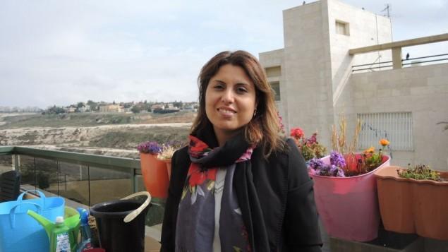 Une femme bédouine palestinienne de la tribu Ghwein, au sud de Hébron, fait du yaourt, le 8 février 2008. (Crédit : Najeh Hashlamoun/Flash 90)