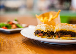 """Le sandwich d'aubergine """"effilochée"""" de Dalluva. (Crédit : Trung Del/JTA)"""