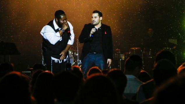 L'auteur compositeur né en Israël Gad Elbaz (à droite) et Nissim Baruch Black de Seattle, Washington, en concert. (Crédit : autorisation)