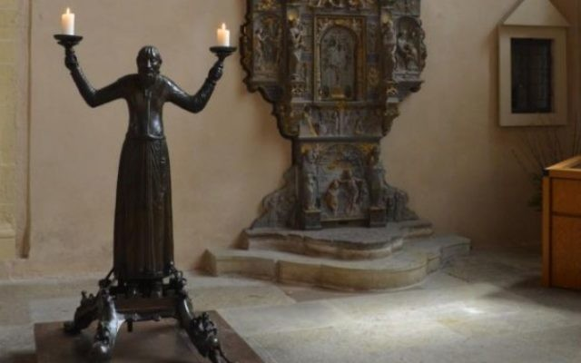 Un candélabre en bronze de  la cathédrale d'Erfurt (CC BY-SA Torsten Maue, via Wikimedia Commons)