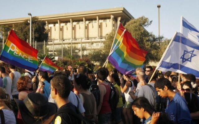Des Israéliens manifestent devant la Knesset pendant la Gay Pride annuelle à Jérusalem, le 29 juillet 2010. (Crédit : Miriam Alster/Flash90)