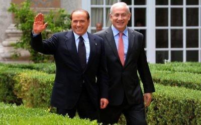 Benjamin Netanyahu, à droite, avec le Premier ministre italien d'alors, Silvio Berlusconi à Rome le 13 juin 2011. (Crédit : Amos Ben Gershom / GPO/FLASH90)