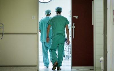 Des médecins se dirigeant vers les urgences le 31 octobre 2012 (Crédit : Moshe Shai / FLASH90)