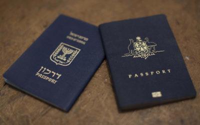 Photo d'un passeport  israélien et un passeport australien (Crédit : Yonatan Sindel / Flash90)
