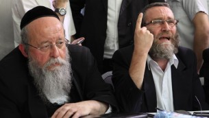 Les députés Menahem Mozes (à gauche) et Moshe Gafni du parti Judaïsme unifié de la Torah. (Crédit : Yaakov Naumi/Flash90)