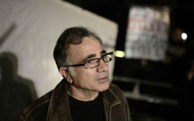 L'acteur Moshe Ivgy, pendant une manifestation de 2014 sur les prix de l'immobilier à Tel Aviv. (Crédit : Tomer Neuberg/Flash 90)