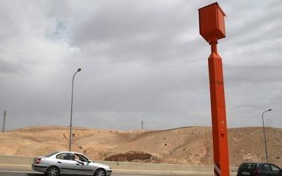 Une caméra radar sur la route 1 entre Jérusalem et la mer Morte, photographiée le 25 mars 2014. (Crédit : Nati Shohat/Flash 90)