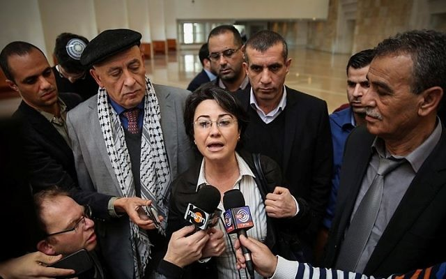 Les députés de la Liste arabe unie Hanin Zoabi (au centre), Jamal Zahalka (à droite) et Basel Ghattas (centre gauche, derrière Zoabi) s'adressant à la presse à Jérusalem, le 17 février 2015. (Crédit : Hadas Parush/Flash90)