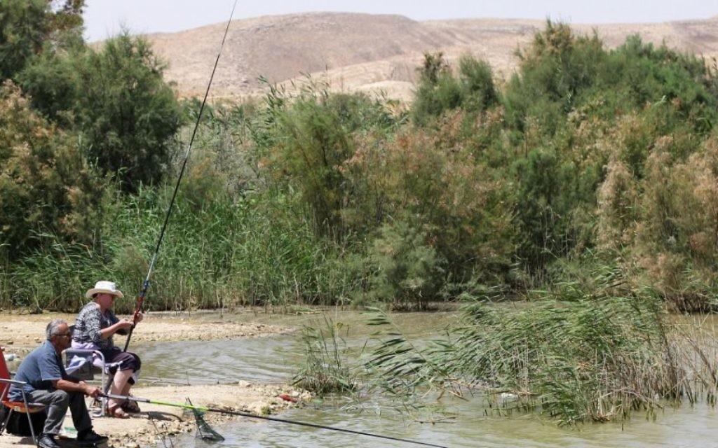 Pêche au lac de Yeruham, où les bains de soleil et les pique-niques sont toujours une bonne idée. (Crédit : Garrett Mills/Flash 90)