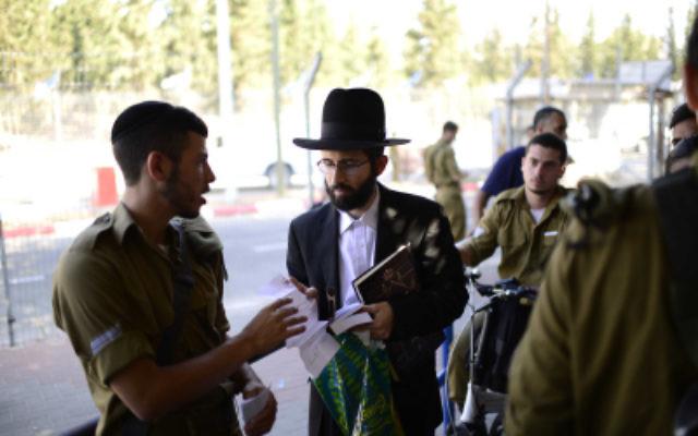 Les jeunes Israéliens arrivant à la base militaire de Tel Hashomer pour s'enrôler dans le bataillon Netzah Yehuda, le 30 juillet 2015 (Crédit : Tomer Neuberg / FLASH90)