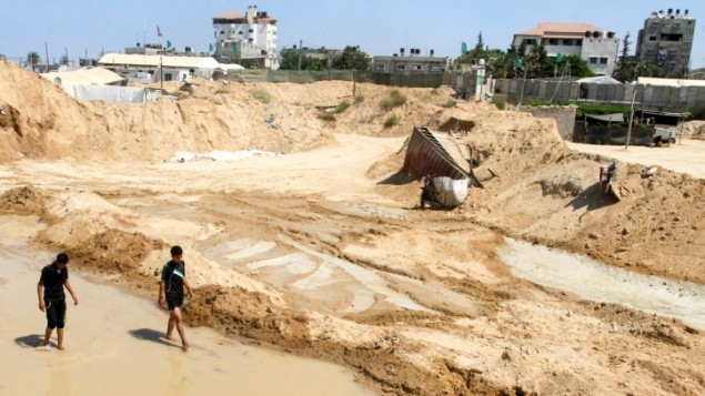 Des Palestiniens inspectant les dégâts après que les forces égyptiennes aient inondé les tunnels de contrebande creusés sous la frontière entre Gaza et l'Egypte, à Rafah dans le sud de la bande de Gaza, le 18 septembre 2015 (Crédit : Abed Rahim Khatib / Flash90)