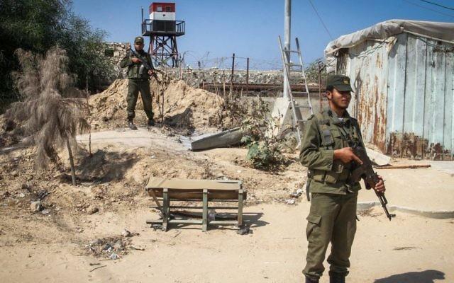 Les forces de sécurité du Hamas à côté d'une tour de guet égyptienne à la frontière entre l'Egypte et Gaza, à Rafah, au sud de la bande de Gaza, le 21 septembre 2015. (Crédit : Abed Rahim Khatib/Flash90)