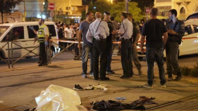 La police israélienne près du corps de Fadi Yaloon, un Palestinien qui aurait poignardé un garçon de 15 ans devant la Vieille Ville de Jérusalem le 4 octobre 2015. (Crédit : Flash90)