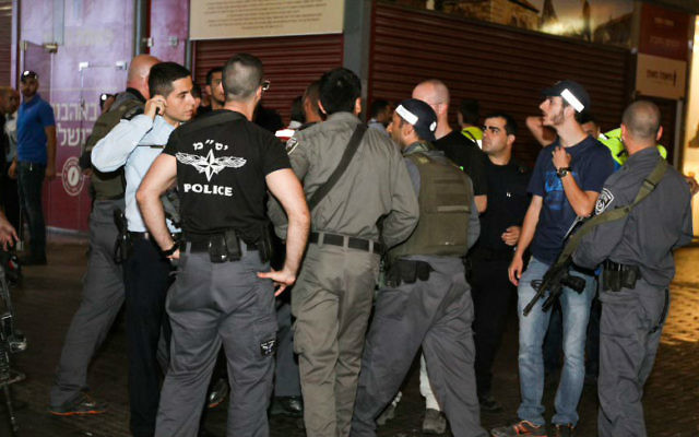 Les forces de sécurité israéliennes sur les lieux d'un attentat à la station centrale d'autobus de Beer Sheva, le 18 octobre 2015. (Crédit : Meir Even Haim / Flash90)