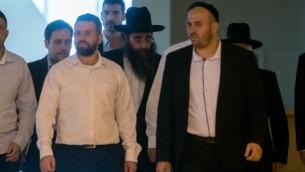 Le rabbin Yoshiyahu Pinto, au centre, à la cour suprême de Jérusalem, le 16 novembre 2015. (Crédit : Yonatan Sindel/Flash90)
