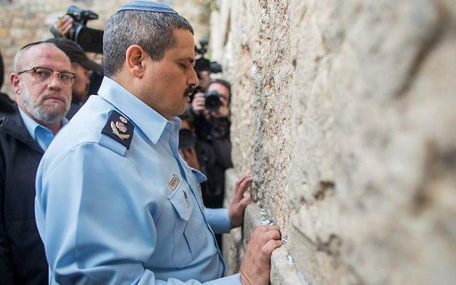 Roni Alsheich prie au mur Occidental, dans la Vieille Ville de Jérusalem, le 3 décembre 2015, peu de temps après son accession au poste de chef de la police israélienne/ (Crédit : Yonatan Sindel/Flash90)