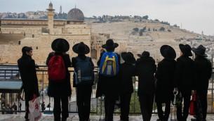 Des hommes juifs ultra-orthodoxes regardent vers le sud du mont du Temple à Jérusalem, le 17 décembre 2015. (Crédit : Esther Rubyan/FLASH90)