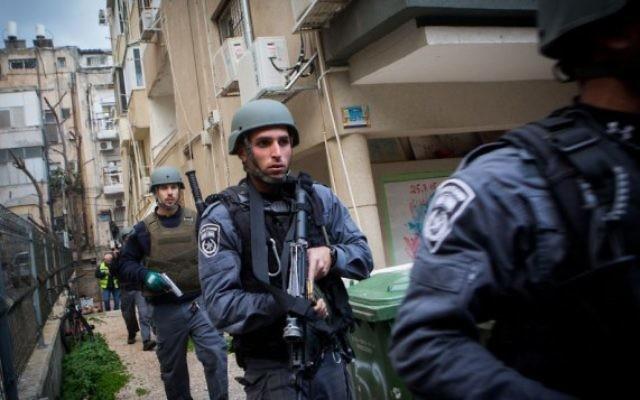 Les forces de sécurité recherchent dans Tel Aviv l'homme armé qui a tué deux personnes et en a blessé sept autres dans un bar du centre de la ville, le 1er janvier 2016. (Crédit : Miriam Alster/Flash90)