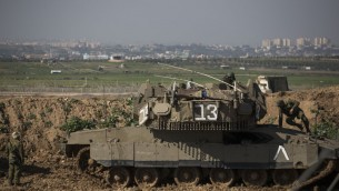 Des soldats israéliens à la frontière avec Gaza, près du kibboutz Nir Am, dans le sud d'Israel, le 13 janvier 2016 (Crédit : Hadas Parush/Flash90)