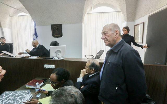 L'ancien Premier ministre Ehud Olmert dans la salle d'audience du tribunal de première instance de Jérusalem, le 2 février 2016 (Crédit : Gili Yohanan / POOL)