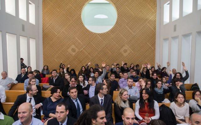 La Cour suprême de Jérusalem avant le début d'une discussion sur l'accord controversé conclu entre le gouvernement et les grandes entreprises énergétiques sur la production de gaz naturel, le 3 février 2016 (Crédit : Yonatan Sindel / Flash90)