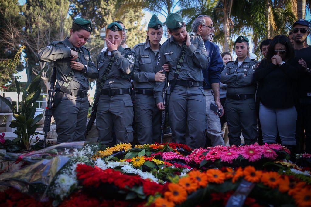 Les collègues de Hadar Cohen de la police des frontières lors de ses funérailles à Yehud, le 4 février, 2016. Cohen a été tuée par des hommes armés palestiniens près de la porte de Damas à Jérusalem le 3 février (Crédit : Yonatan Sindel / Flash90)