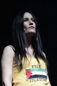 """L'actrice Einat Weitzmann pendant le rassemblement """"Liste noire"""" organisé par des organisations de gauche des droits de l'Homme ainsi que par des artistes et des journalistes israéliens au port de Tel Aviv, le 5 février 2016. (Crédit : Tomer Neuberg/Flash90)"""