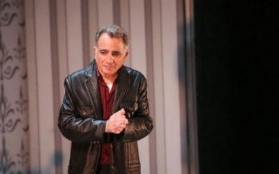 L'acteur Moshe Ivgy pendant son plaidoyer sur les accusations de harcèlement sexuel contre lui, qu'il dément, à la fin de sa représentation théâtrale à Tel Aviv, le dimanche 7 février 2016. (Crédit : Flash90)