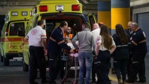 Les secouristes emmènent un Israélien blessé, poignardé dans une attaque terroriste, aux urgences du centre médical Shaare Zedek de Jérusalem, le 9 février 2016. (Crédit : Yonatan Sindel/Flash90