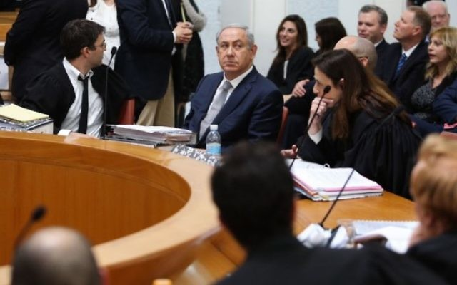 Benjamin Netanyahu, deuxième à gauche, devant la cour suprême de Jérusalem, le 14 février 2016. (Crédit : Gili Yohanan/POOL)