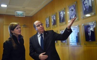 Le ministre de la Défense Moshe Yaalon a rencontré l'ambassadrice américaine à l'ONU, Samantha Power, lors de sa visite en Israël, au ministère de la Défense à Tel-Aviv, le 16 février 2016 (Crédit : Diana Khananashvili / MOD)