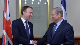Le Premier ministre Benjamin Netanyahu et Matthew Hancock, du bureau du conseil des ministres britanniques, à Jérusalem le 17 février 2016. (Crédit : Kobi Gideon / GPO)